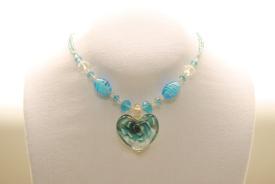 Halskette  in türkis aus Glasperlen mit Muranoglas Herz Anhänger