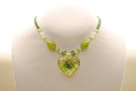 Halskette in grün aus Glasperlen mit Muranoglas Herz Anhänger