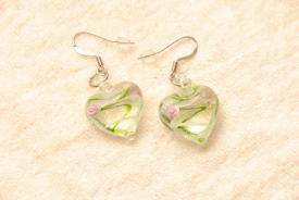 Ohrringe aus Glas im Murano-Stil - grün/weiss - Ohrhänger Herz Form