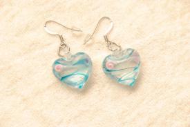 Ohrringe aus Glas im Murano-Stil - türkis/weiss - Ohrhänger Herz Form