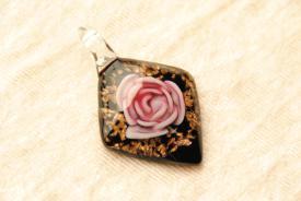 Schmuck aus Muranoglas - schwarz-gold - Rautenform mit lila Blume