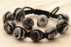 Shamballa Armband mit 10 gewickelten Glasperlen in schwarz weiss